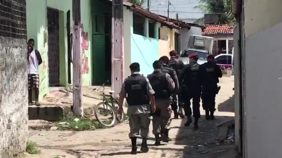 Dupla rouba arma de policial de folga e um suspeito é preso, em João Pessoa