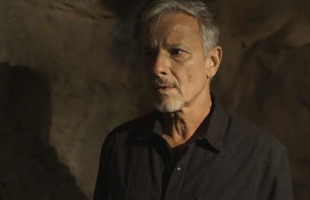 Na segunda-feira (15), Sampaio (Marcello Novaes) procurará Murilo (Eduardo Moscovis) no casarão e insinuará que ele está envolvido com a morte de Feliciano (Leopoldo Pacheco) (Foto: TV Globo)