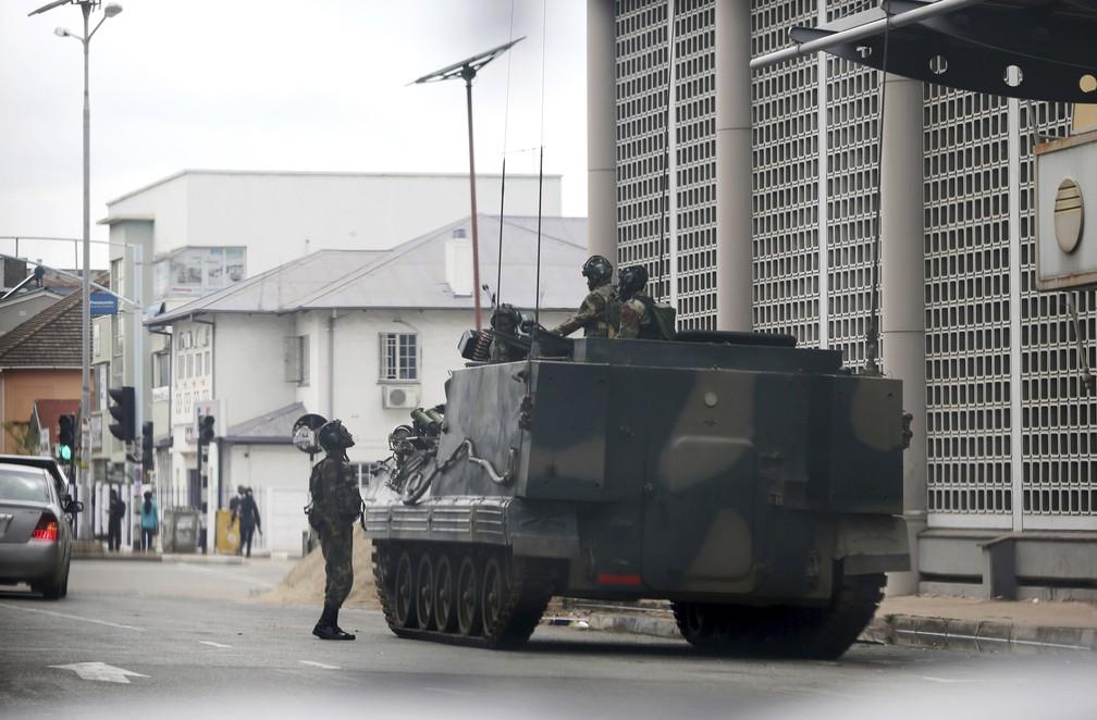 Veículo militar na ruas de Harare, capital do Zimbábue (Foto: AP Photo)