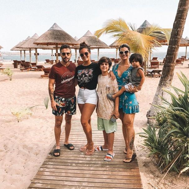 Cantora postou foto ao lado de toda a família (Foto: Reprodução Instagram)