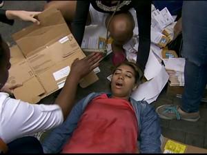 Aluna desmaia em frente ao local de prova (Foto: Reprodução/ Globo News)