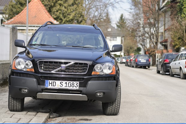 Munich, Germany - February 25, 2011: Front view of a Volvo XC90 four wheel drive Sports Utility Vehicle (SUV) parked on a residential city street, straddling the pavement and road.  The XC90 is one of the top selling models produced by Volvo. (Foto: Getty Images)