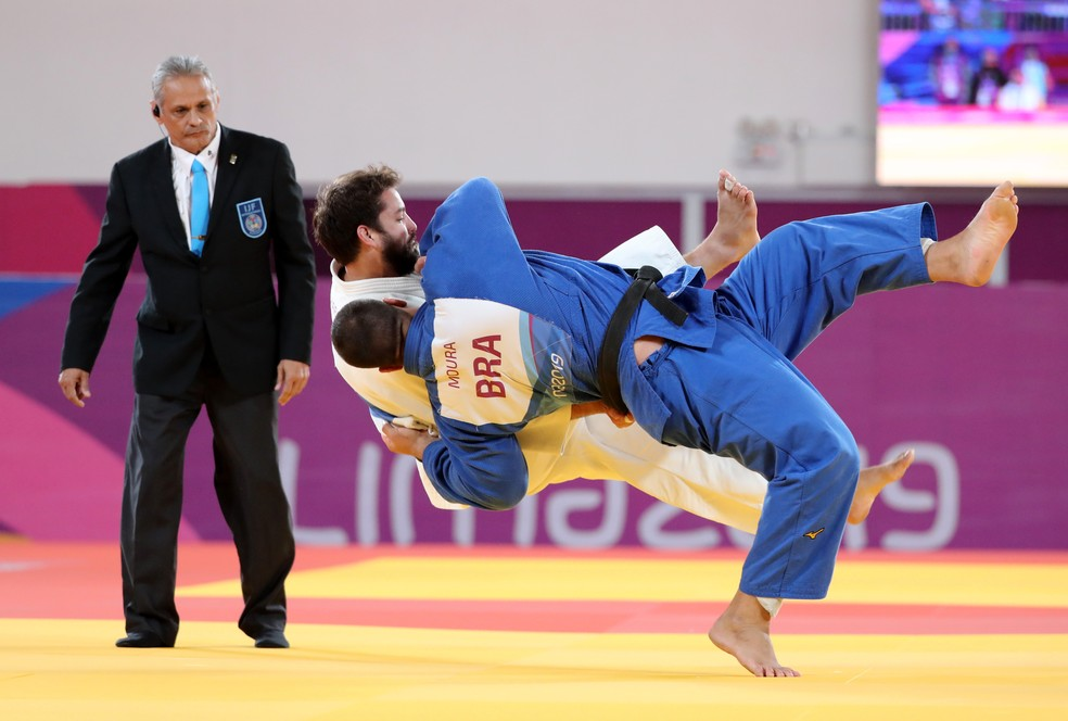 David Moura, do Brasil, conquista a medalha de bronze na categoria +100kg, após aplicar um ippon — Foto: Sergio Moraes/Reuters