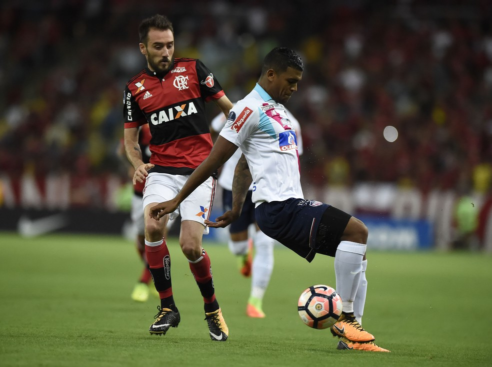 Mancuello em ação contra o Junior Barranquilla: argentino é mais um que pode ser negociado antes do início da temporada de 2018 (Foto: André Durão)