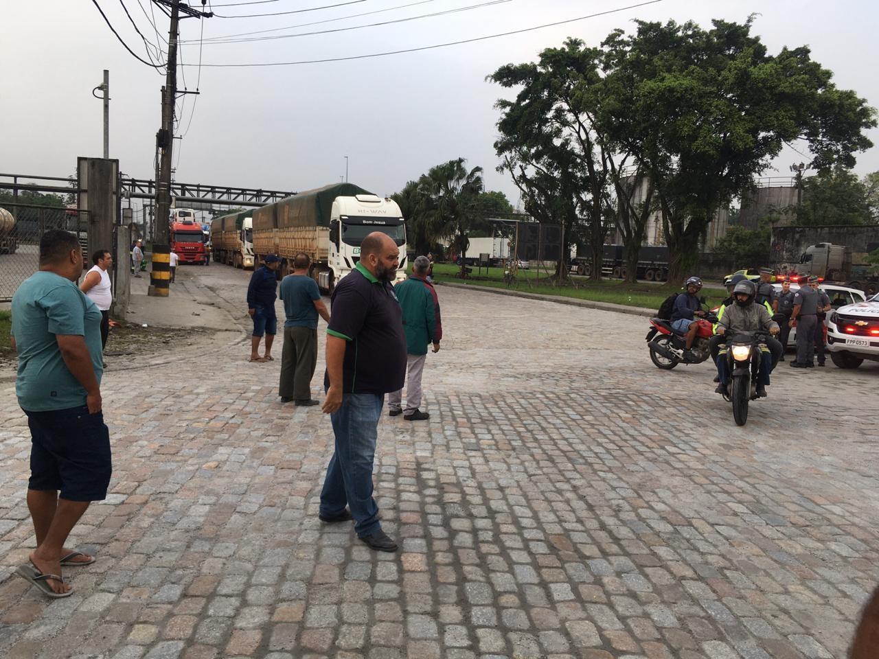 Caminhoneiros fazem paralisação de 24 horas no Porto de Santos, SP