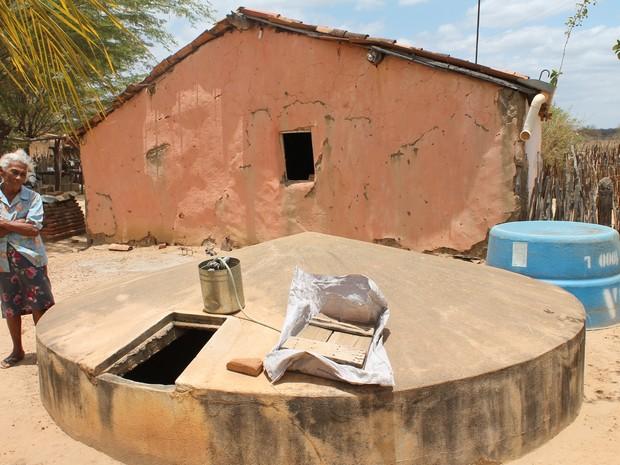 Famílias inteiras sofrem com a seca no Sertão de Pernambuco (Foto: Taisa Alencar / G1)