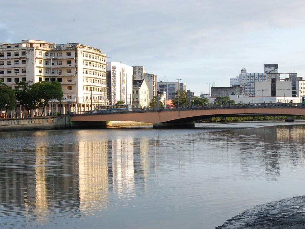 Ponte Duarte Coelho, no Centro do Recife, onde o galo gigante será montado — Foto: Luna Markman/G1
