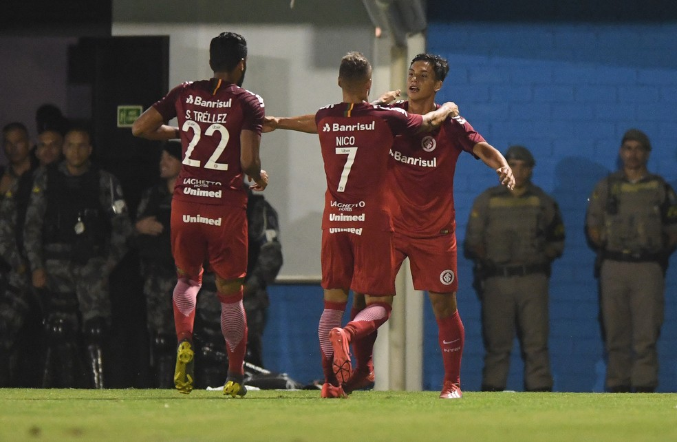 Sarrafiore é abraçado por Nico López e Tréllez após o gol — Foto: Ricardo Duarte / Inter, DVG