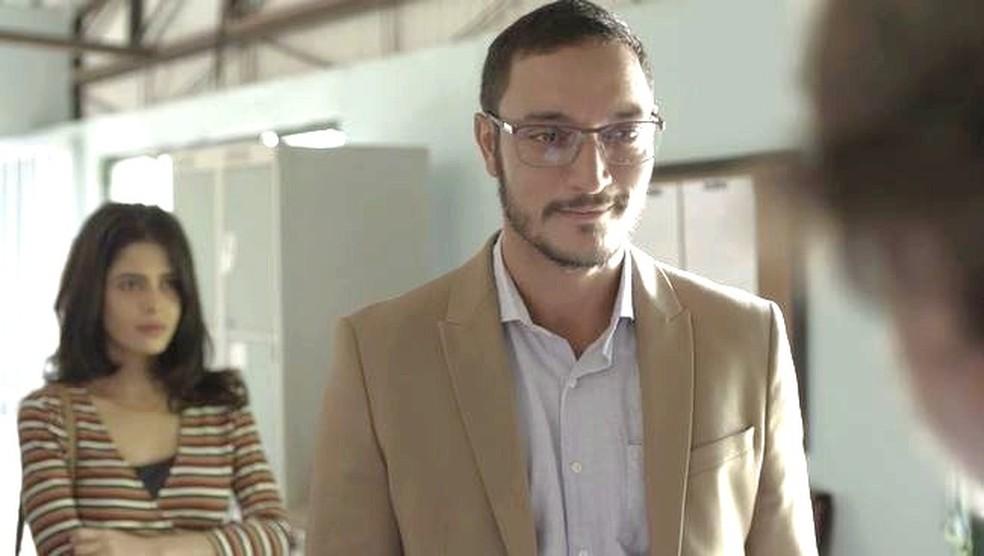 Youssef (Allan Souza Lima) finge ser empresário rico e mente para padre Zoran — Foto: TV GLOBO