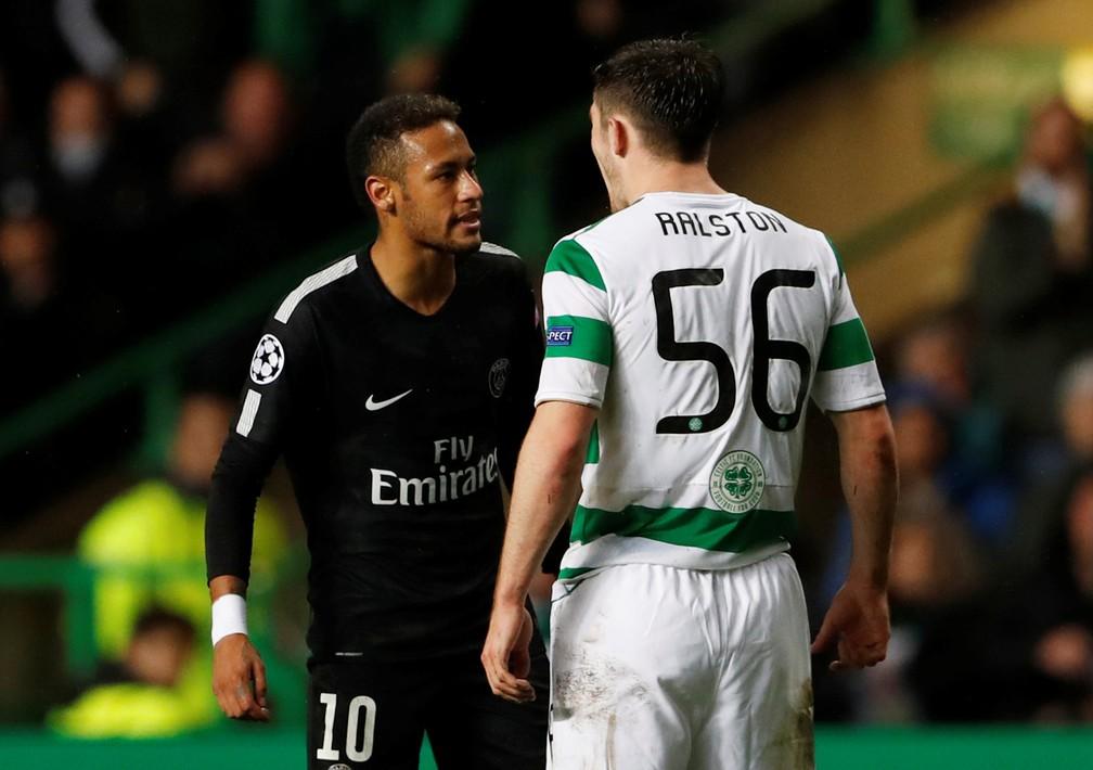 Neymar e Ralston discutiram durante o duelo entre Celtic e PSG (Foto: Reuters/Lee Smith)