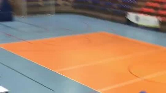 Confronto entre torcidas organizadas invade quadra e jogo de basquete é suspenso em Natal; veja vídeo
