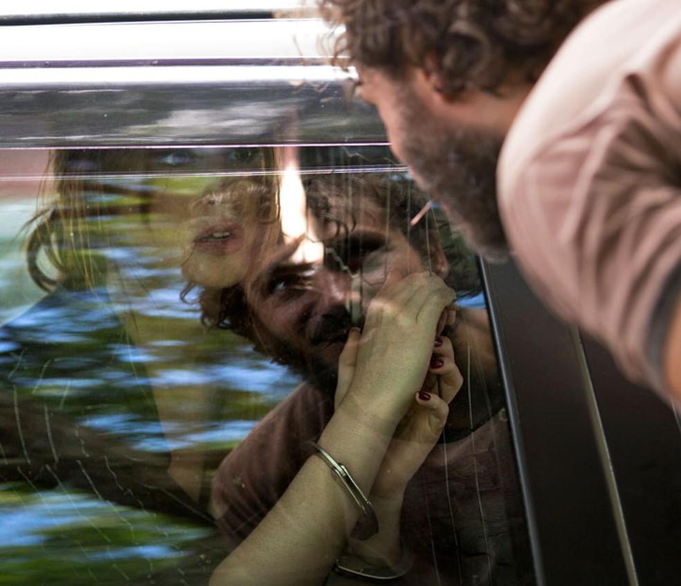 Sob olhar de Dino, Eliza é levada para a cadeia — Foto: Fabiano Battaglin/Gshow