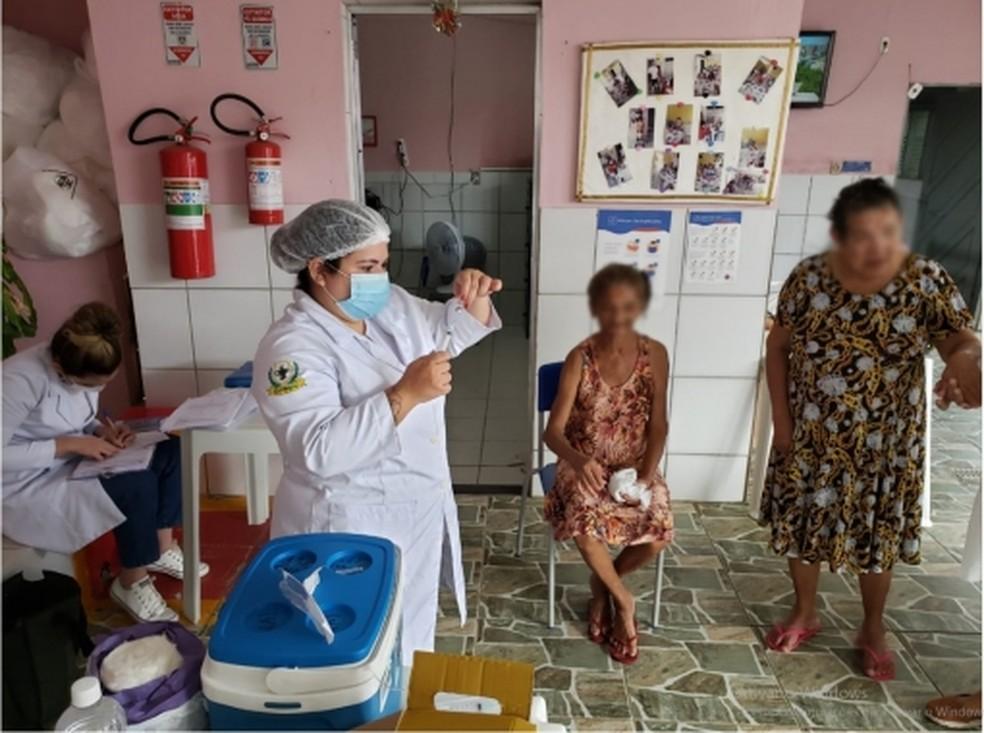 Idosos institucionalizados começam a ser vacinados em Natal — Foto: SMS Natal