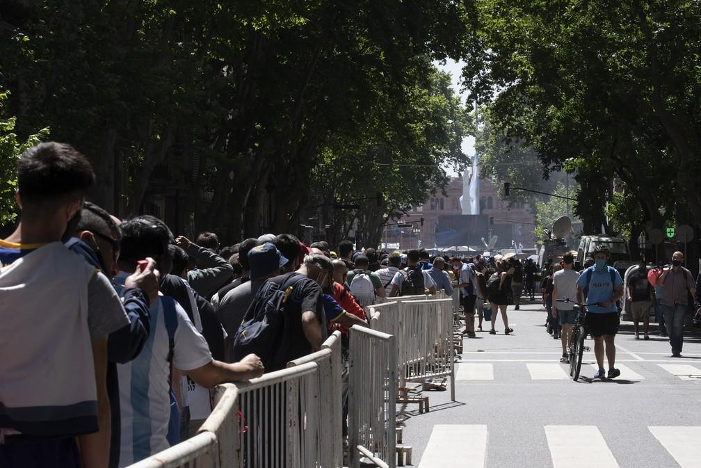 Fila de fãs para comparecerem ao velório de Diego Maradona na Casa Rosada — Foto: Getty Images