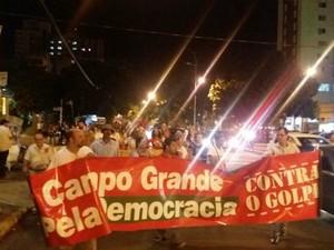 Manifestantes pró-Dilma e contra o impeachment fazem passeata pela avenida Afonso Pena em Campo Grande (MS) (Foto: Juliene Katayama/G1 MS)