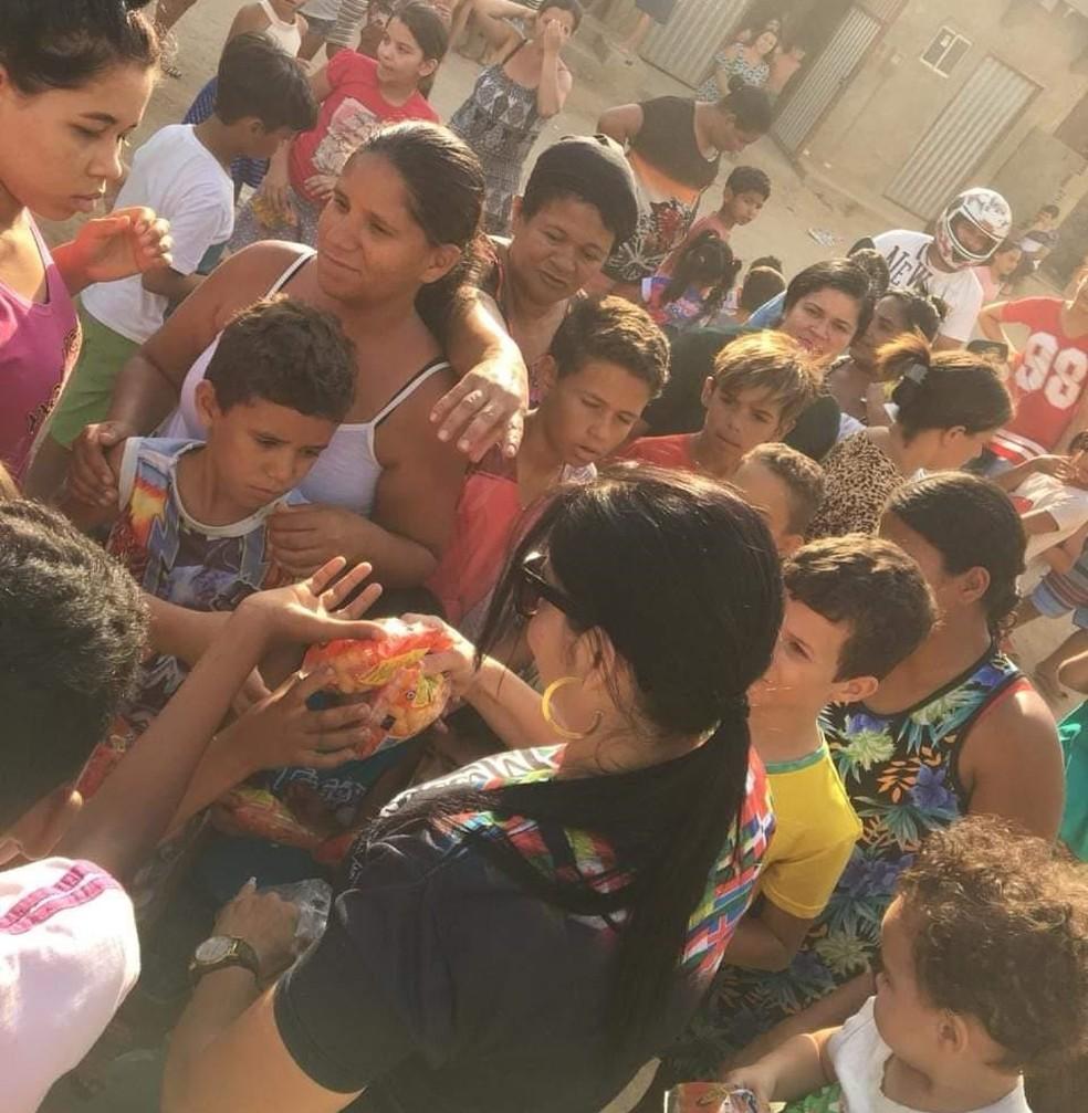 A missionária Andreia Santos arrecada donativos para doar às pessoas carentes — Foto: Andreia Santos/Arquivo Pessoal