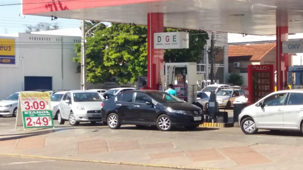 Postos que mantiveram os preços sem reajuste tiveram fila na manhã desta sexta-feira em Campo Grande (Foto: Anderson Viegas/G1 MS)