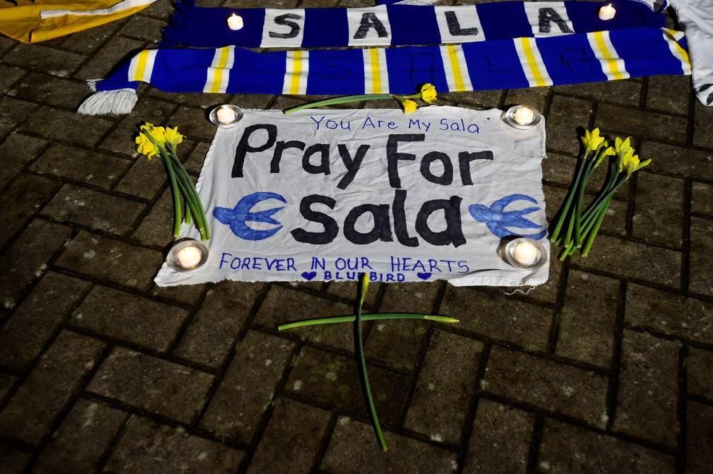 Torcedores do Cardiff City prestam homenagem a jogador Emiliano Salas, desaparecido depois que avião onde estava sumiu no Canal da Mancha — Foto: Rebecca Naden/Reuters