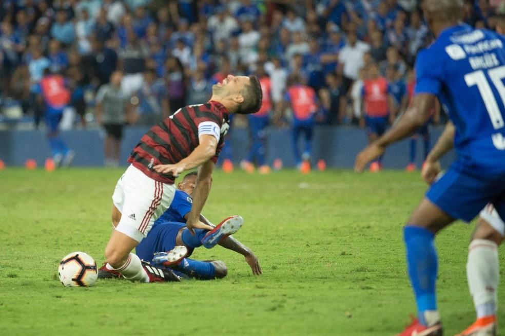 Lance da lesão de Diego contra o Emelec — Foto: Alexandre Vidal / Flamengo