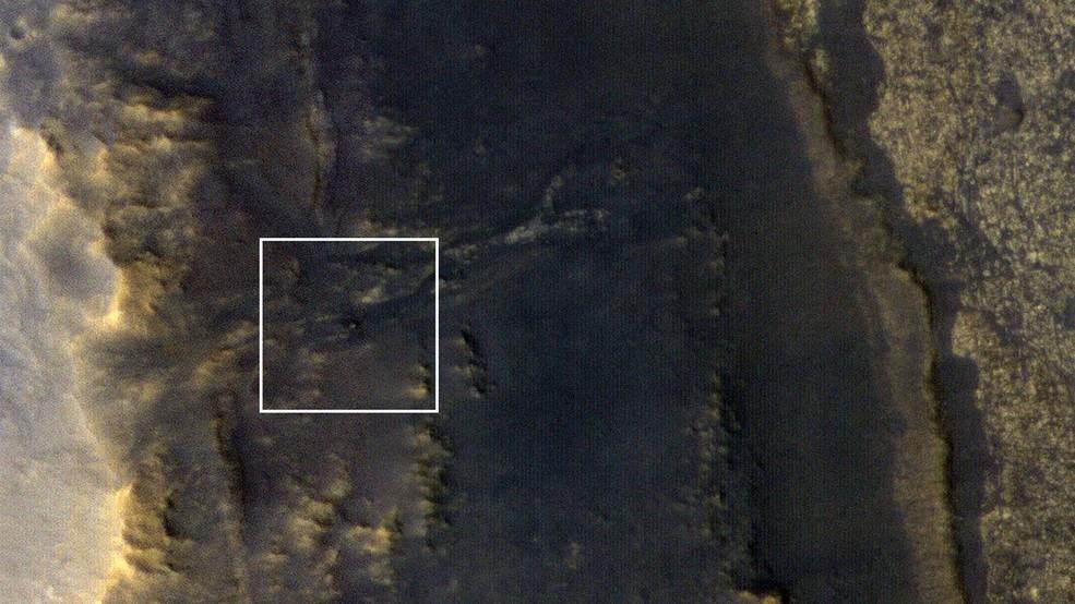 A Opportunity é o pequeno ponto que está localizada no quadrado branco (Foto: Divulgação/ NASA)