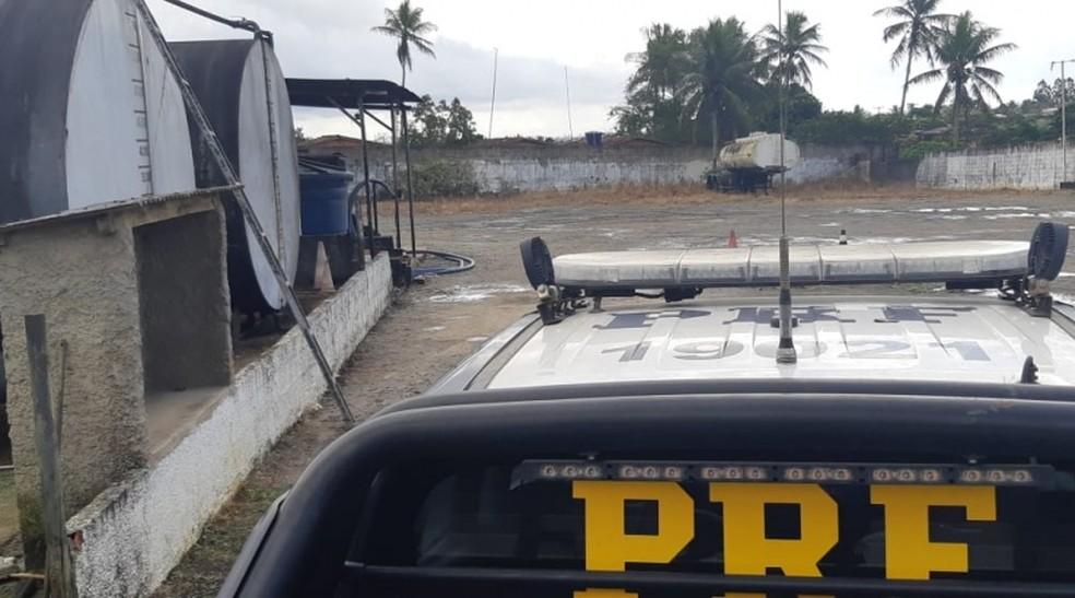 PRF tabém esteve em galpão onde estavam suspeitos de compra de combustível roubado — Foto: Divulgação/PRF