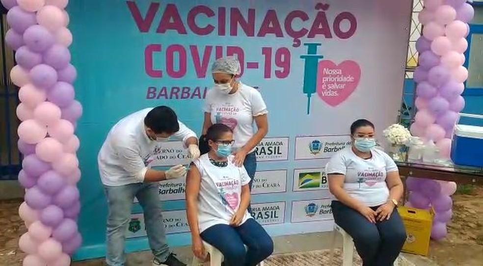A técnica de enfermagem Maria Francineide de Brito foi a primeira pessoa a ser vacinada contra a Covid-19 na região do Cariri. — Foto: Reprodução