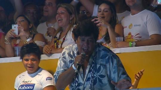 Daniela Mercury e Sidney Magal cantam sucesso de Wando em plena avenida