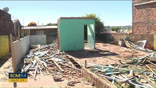 Homem se entrega à polícia depois de aplicar golpe e vender casa de madeira