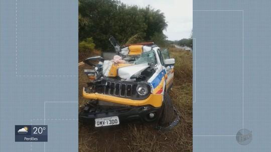 Dois policiais ficam feridos após viatura ser atingida por caminhão na MG-290, em Ouro Fino, MG