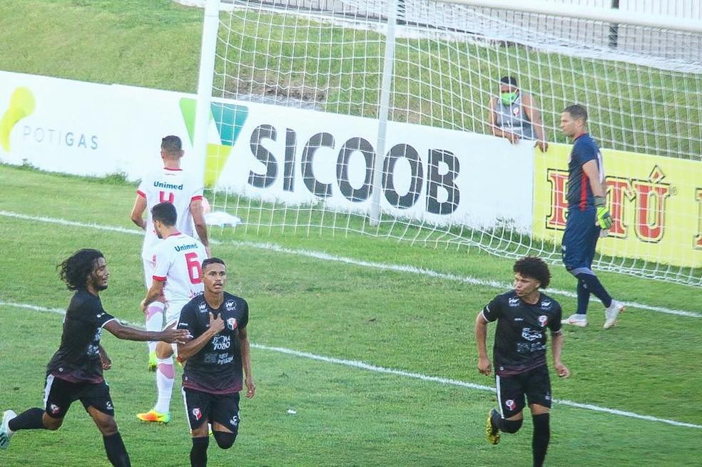 VItinho fez o gol do Santa Cruz de Natal diante do América-RN — Foto: Alexandre Lago
