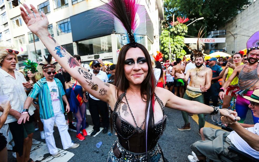 A atriz Alessandra Negrini participa do desfile do Bloco Acadêmicos do Baixo Augusta — Foto: Tiago Queiroz/Estadão Conteúdo
