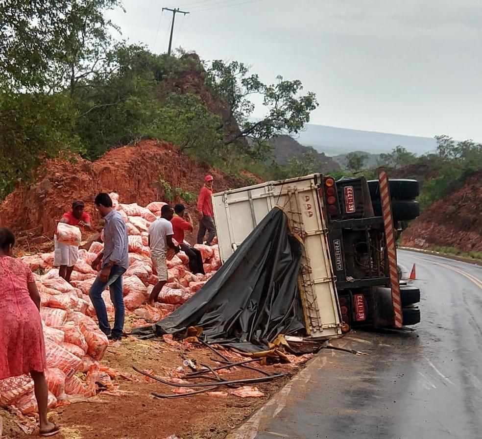 Caminhão tombou na BR-135, no trecho entre Gilbués e São Gonçalo do Gurgueia, no Sul do Piauí  — Foto: Reprodução