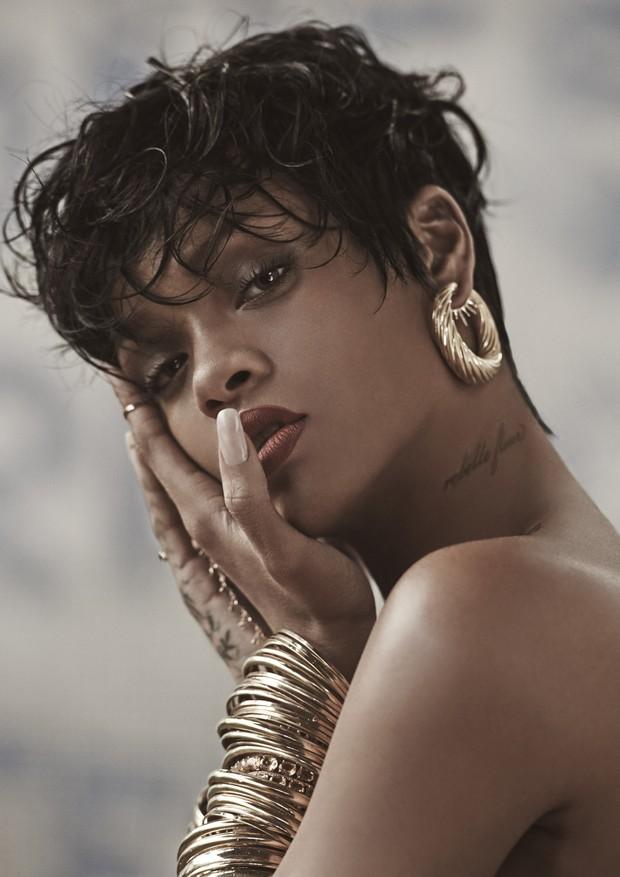 Rihanna Fenty, cantora, usa riviera de ouro com citrino Talento. Da locação, uma humilde vila de pescadores na Ilha Grande, ao guarda-roupa - sua versão do que uma Carmen Miranda atual vestiria. Rio de Janeiro - Brasil. 27/03/2014. Foto: Mariano Vivanco / (Foto: Mariano Vivanco/ Acervo Vogue)