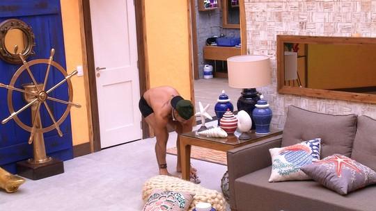 Kaysar tenta acordar Breno com barulhos e joga almofada no brother