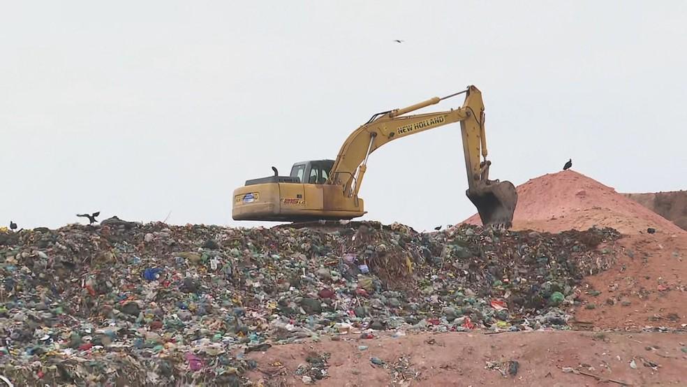 Prefeitura de Magé quer reabrir lixão 'condenado' pela Justiça — Foto: Reprodução/TV Globo
