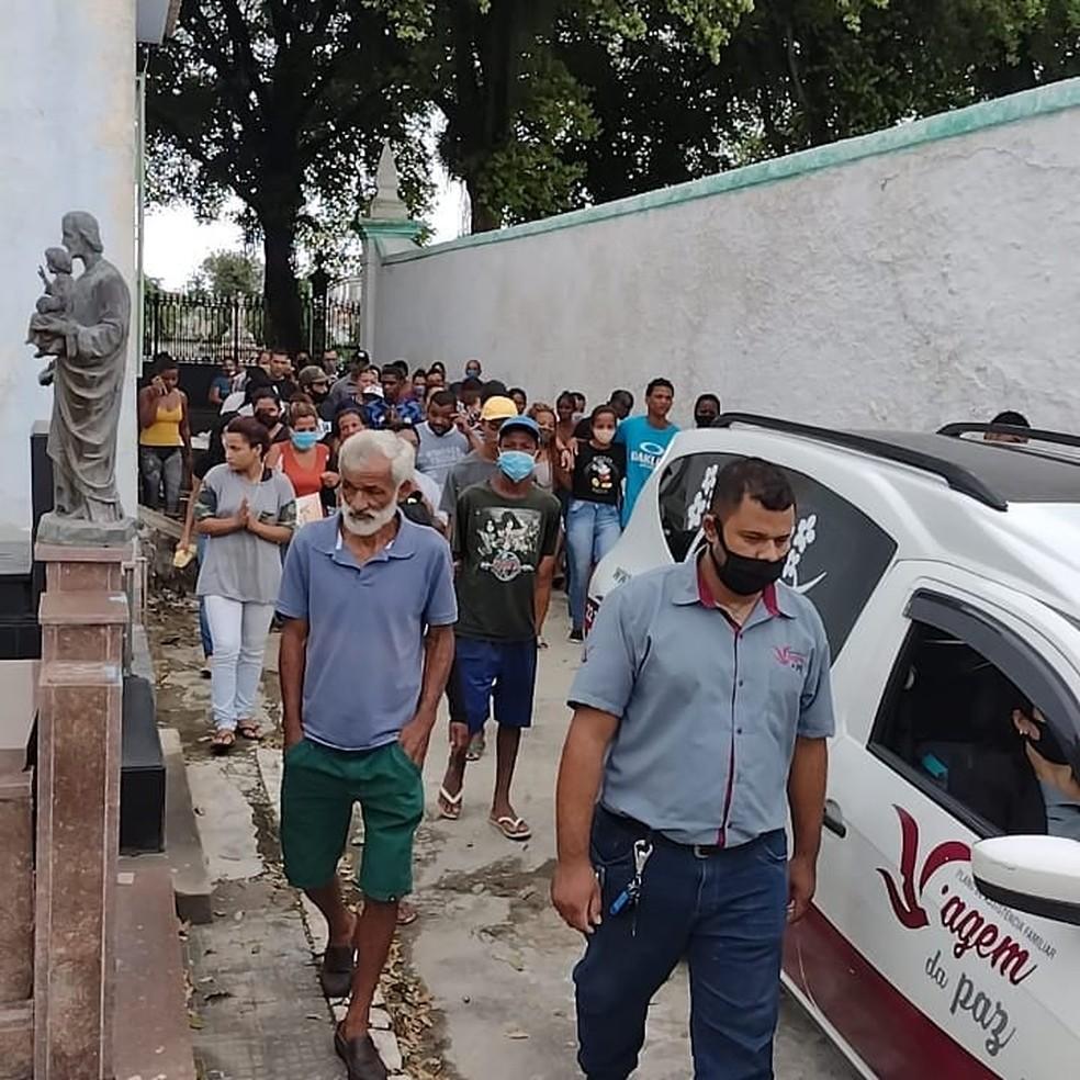 Amigos e parentes se despedem de Mc Kallebe e amigo que morreram depois de desaparecerem em rio de Campos, no RJ — Foto: Reprodução/Facebook Edmilson Parango Monteiro