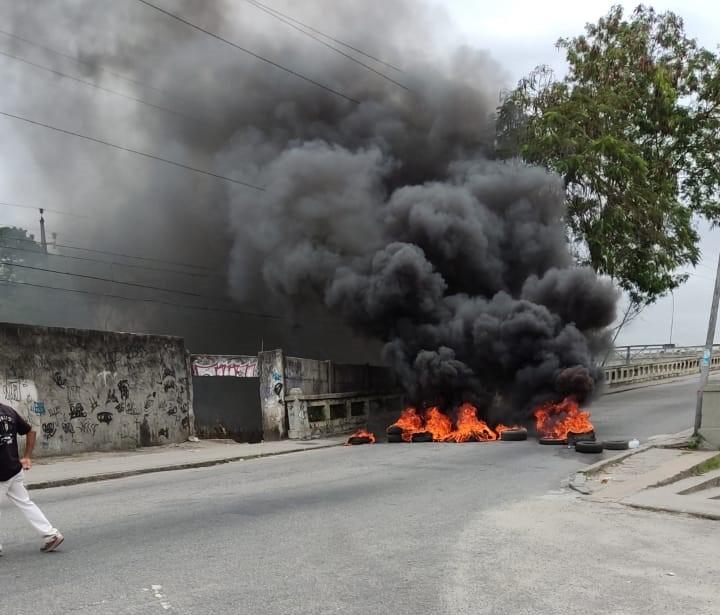 Criminosos fazem barricadas e fecham vias na Zona Oeste do Rio pelo segundo dia seguido