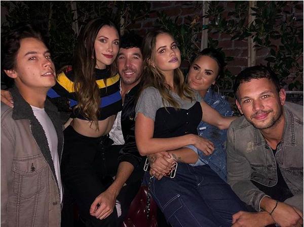 A cantora Demi Lovato em meio aos seus amigos e ex-colegas de Disney Channel (Foto: Instagram)