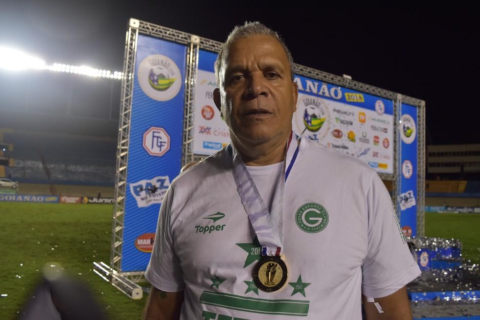 HAi??lio dos Anjos com mais uma medalha pelo GoiA?s (Foto: Guilherme GonAi??alves / GloboEsporte.com)