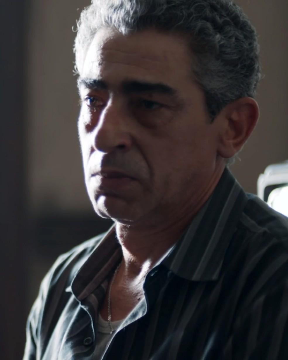 Aldo (Claudio Jaborandy) quer entender o porquê da visita — Foto: Globo