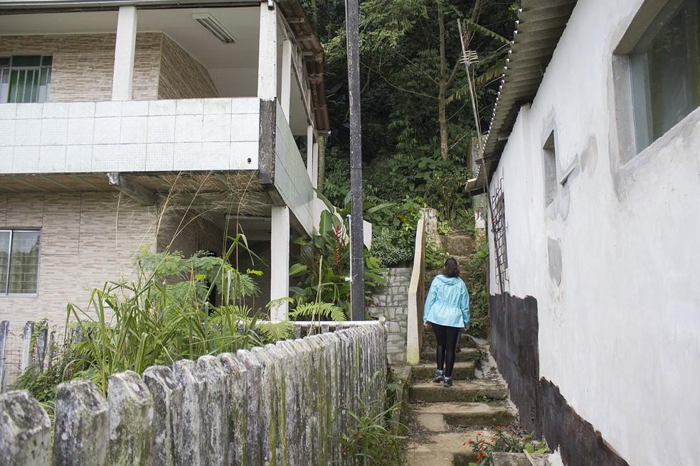 O início da trilha que percorri passava pelos fundos de algumas casas da cidade. — Foto: Marcio Kubo