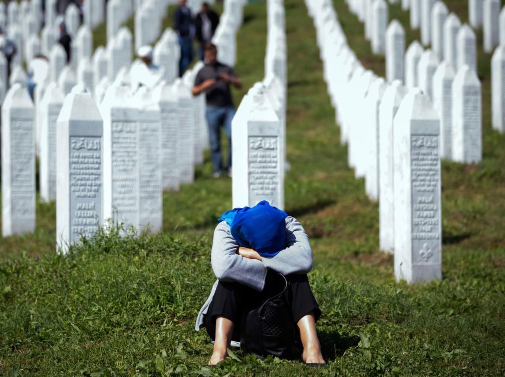 Mulher chora no memorial de Potocari, perto de Srebrenica, na Bósnia, em 2019 — Foto: Darko Bandic/ AP