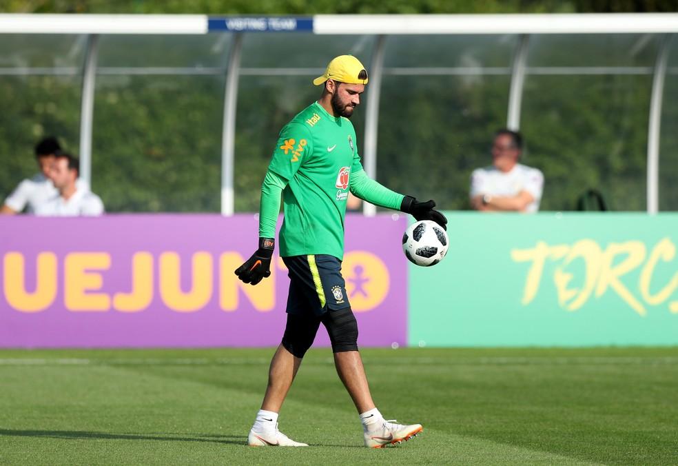 Alisson no treino da seleção brasileira em Londres (Foto: Peter Cziborra / Reuters)