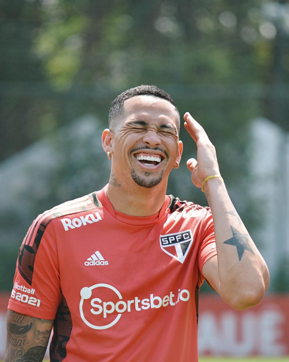 Luciano sorri durante a reapresentação do São Paulo, nesta segunda-feira — Foto: Erico Leonan / saopaulofc