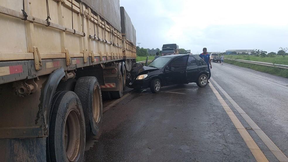 Acidente entre carreta e dois carros deixa feridos na BR-020, na Bahia — Foto: Cerrado em Foco