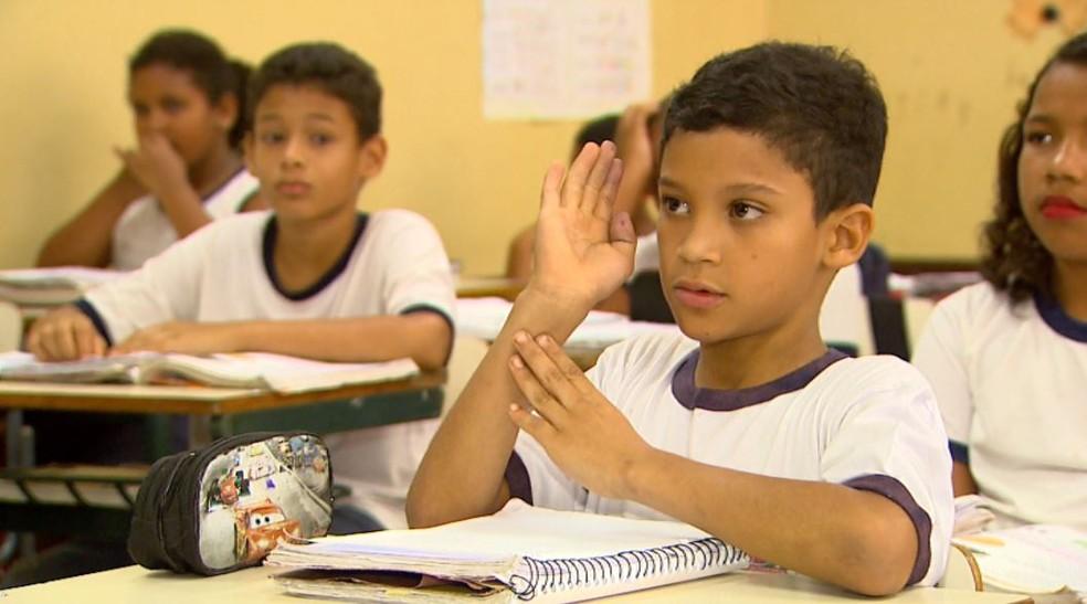 Após se interessar pelos gestos da professora com a chegada dos novos colegas, João Vitor da Silva começou a estudar os sinais em Jaboticabal, SP (Foto: Carlos Trinca/EPTV)