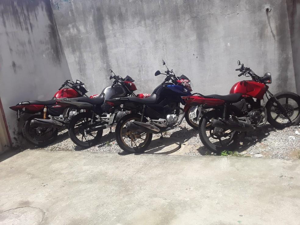 Motos adulteradas e peças de motocicletas roubadas foram apreendidas pela polícia na Grande Natal — Foto: Divulgação/PM
