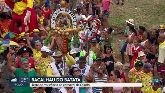 Foliões não querem dar adeus ao carnaval e brincam no Bacalhau do Batata, em Olinda