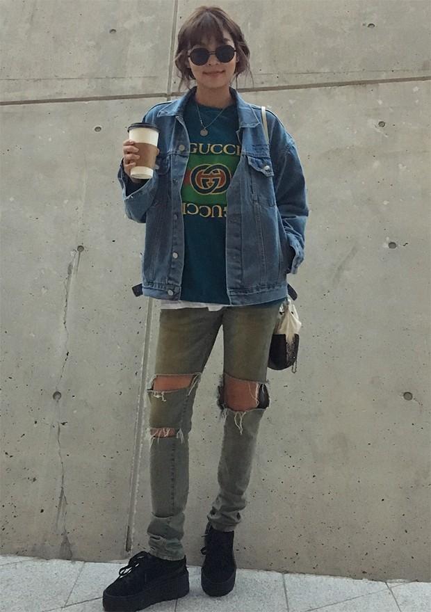 Os jeans rasgados são o uniforme coreano (Foto: Instagram / Haena Song)