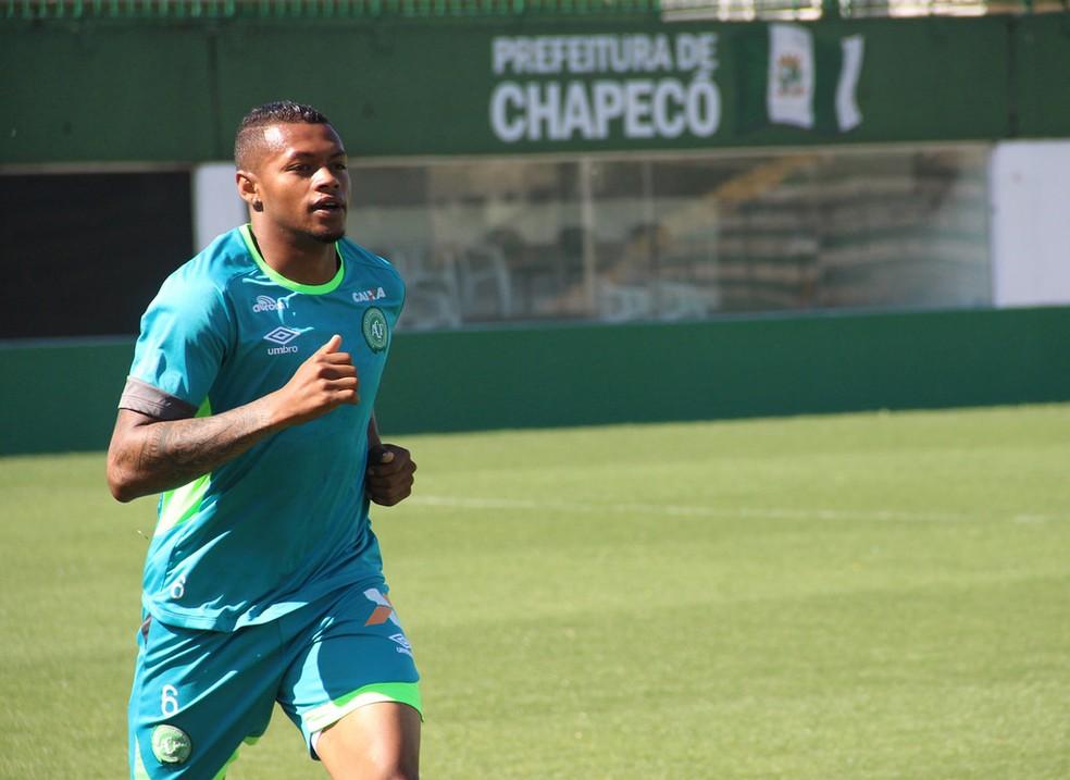 Familiares de lateral Dener chegaram a acordo com o clube em maio do ano passado — Foto: Cleberson Silva/Chapecoense